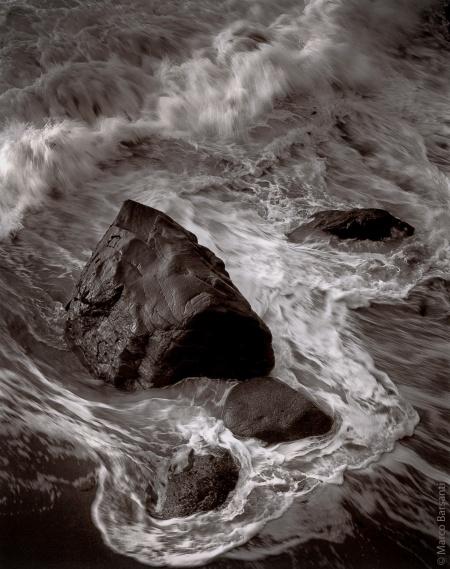 """Marco Barsanti, Garrapata Beach, Garrapata State Park, Ca, 1994, stampa al clorobromuro da negativo 4x5"""", intonata al Selenio."""
